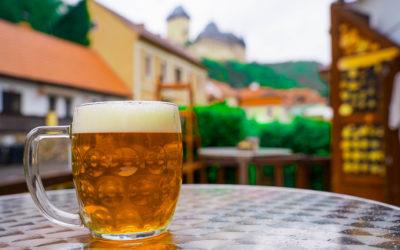 Točíme pivo pod Karlštejnem